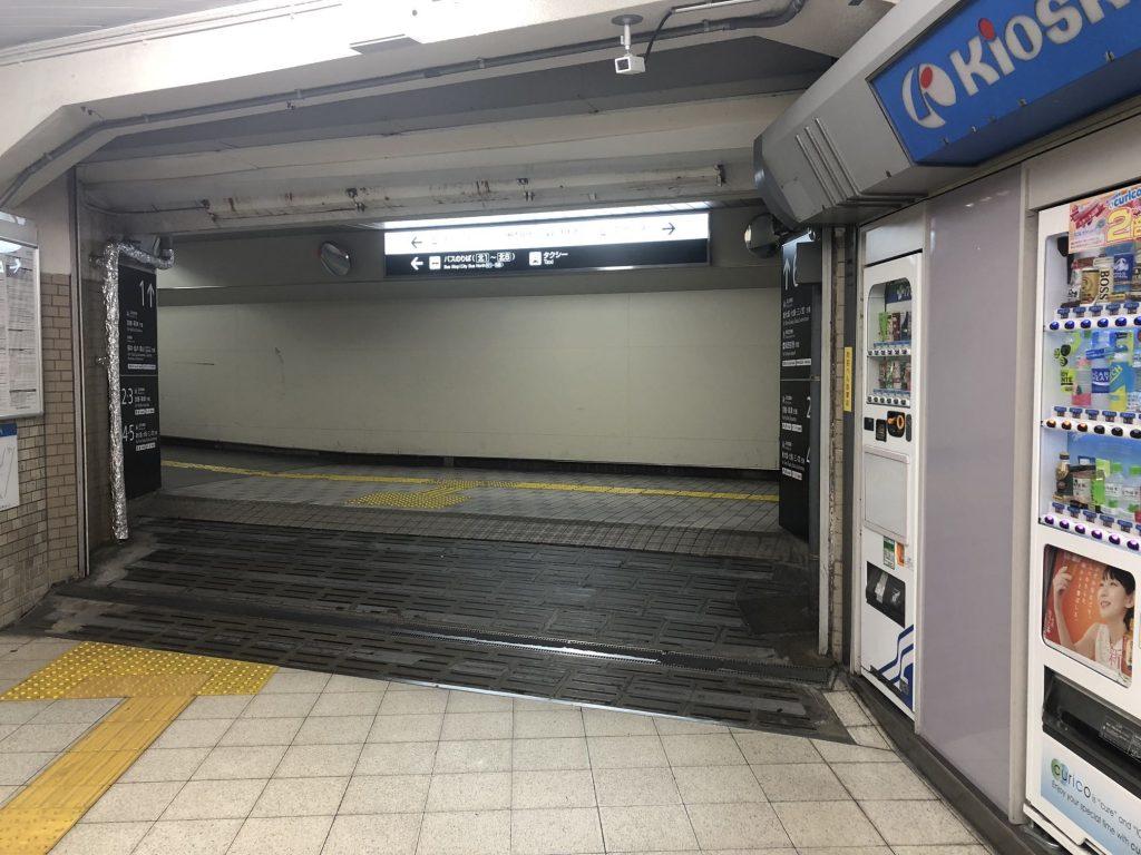 ①JR高槻駅西口から出て、左に曲がってください。地下にあります。
