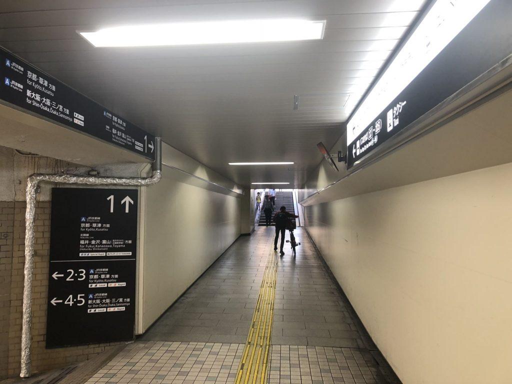 ②左に曲がると、地上への階段が見えます。
