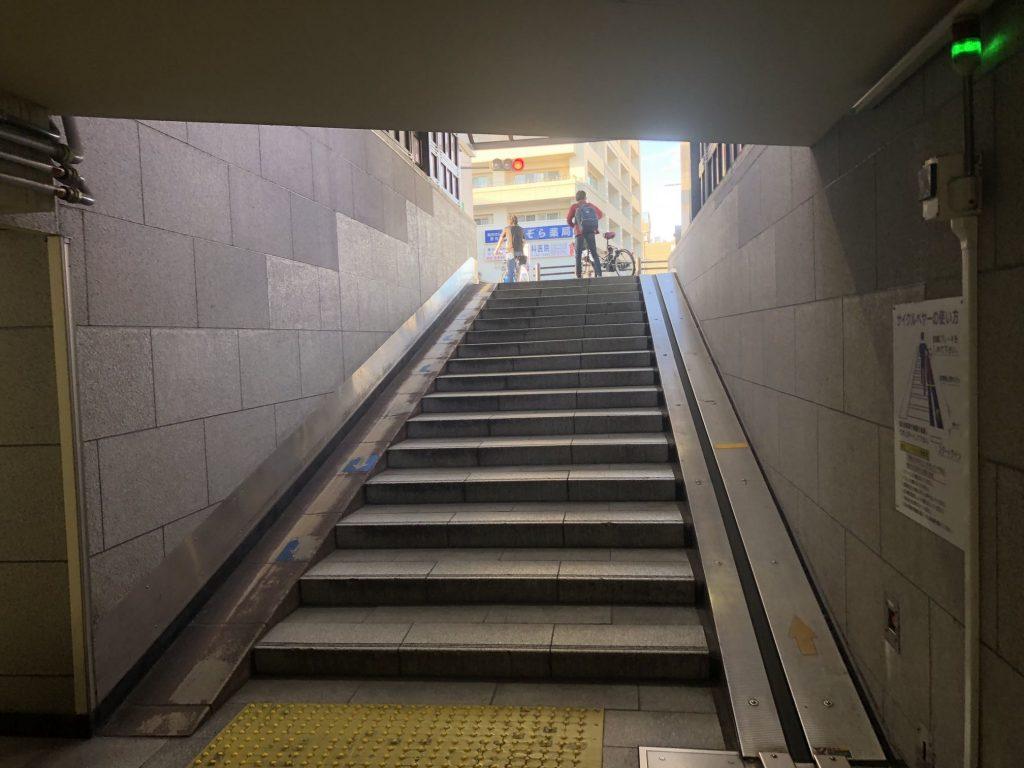 ③この階段を上がってください。