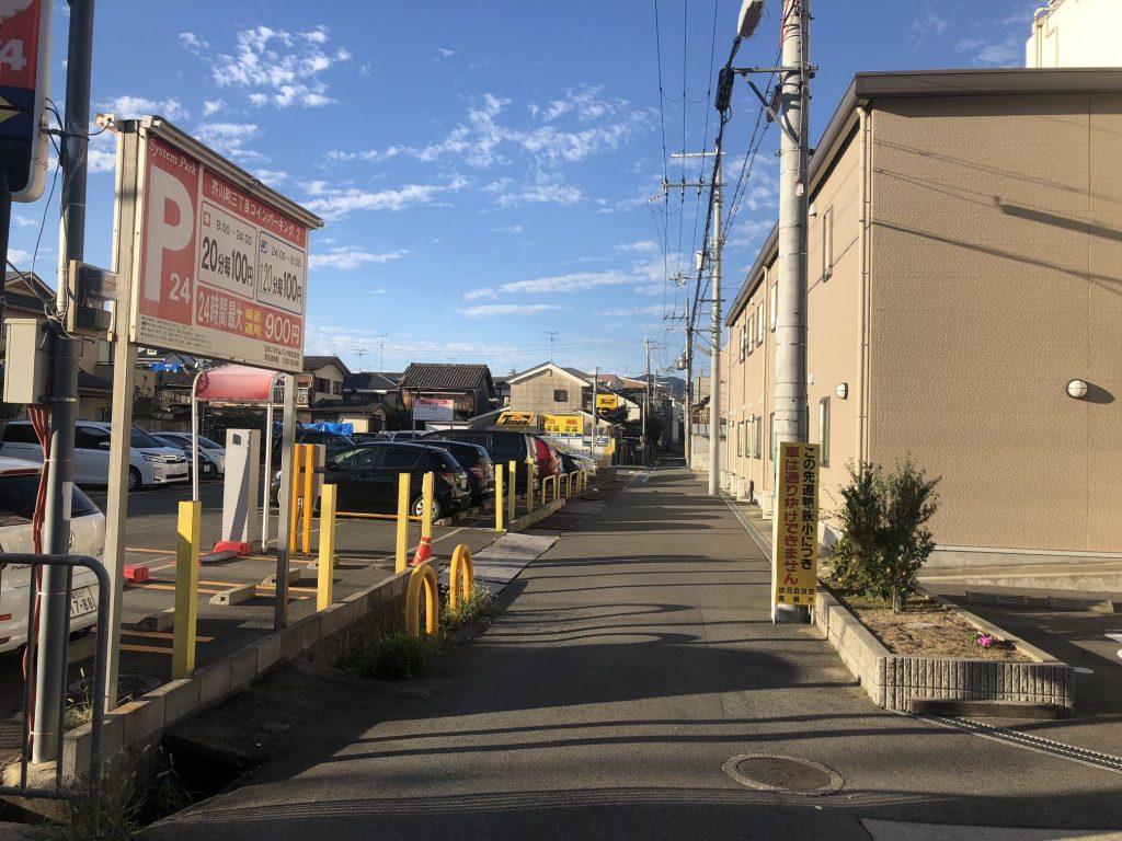 ⑦『しんあい病院』様と駐車場の間に道がありますので、こちらの道に進んでください。